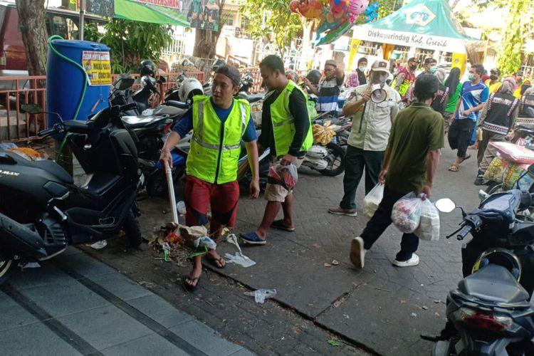 Tak Bermasker Warga Gresik Dihukum Membersihkan Sampah