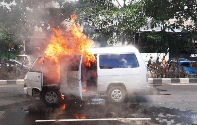 Mobil Warga Panceng Terbakar di Surabaya